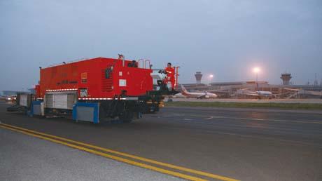 湖南长沙黄花国际机场滑行道英达就地热再生施工